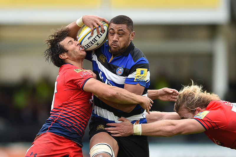 Taulupe Faletau takes on the Worcester Warriors defence