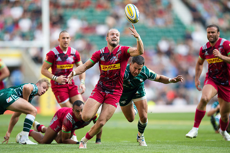 Charlie Walker of Harlequins looks to gather the ball